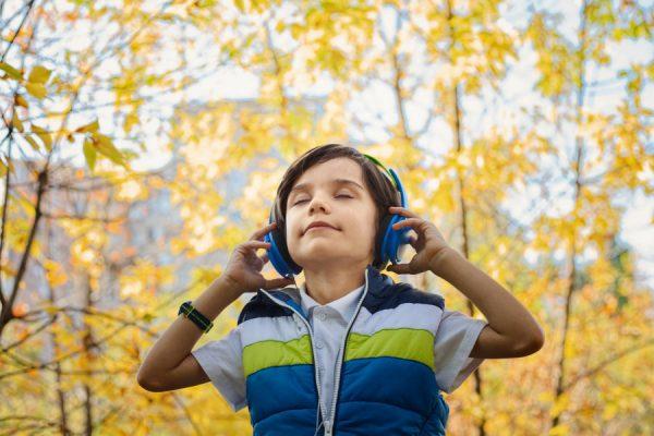 ヘッドホンで音楽を聴く少年