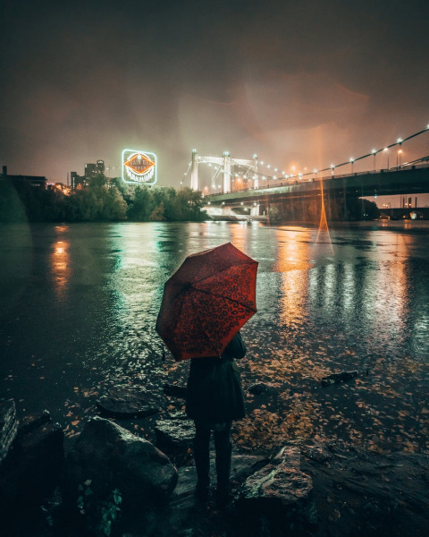 雨の中で傘をさしている